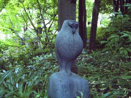 中自然の森の彫像