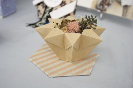 折り紙で作った小物入れ